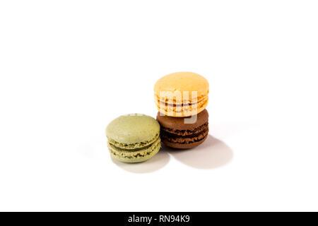 Köstliche sortierten Macarons auf weißem Hintergrund - französisches Gebäck - Stockfoto