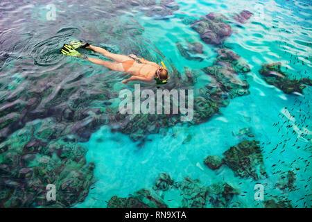 Junge Mädchen in Schnorcheln Maske Tauchen Unterwasser mit tropischen Fische im Korallenriff Meer Pool. Reisen, Wassersport, Abenteuer im Freien - Stockfoto