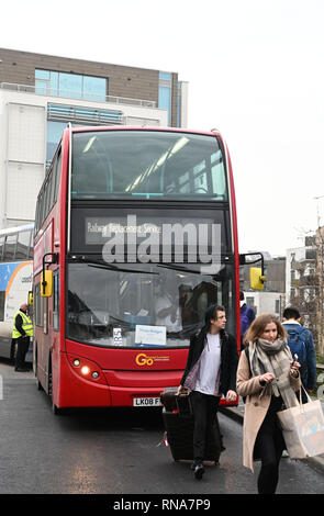 Brighton, UK. 18 Feb, 2019. Rail Ersatz Busse heute Morgen außerhalb der Bahnhof von Brighton als Pendler und Reisende auf dem Weg von und nach London Sie zwischen Brighton und drei Brücken zu verwenden, weil die Brighton Main Line Projekt Verbesserung, die zwischen 16. und 24. Februar: Simon Dack/Alamy Live Nachrichten hatten - Stockfoto