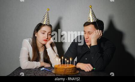 Traurige einsame Frau und Mann in der Partei hat Geburtstag alleine feiern. - Stockfoto