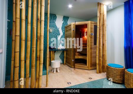 Kleine Holz- Sauna in einem Spa. - Stockfoto
