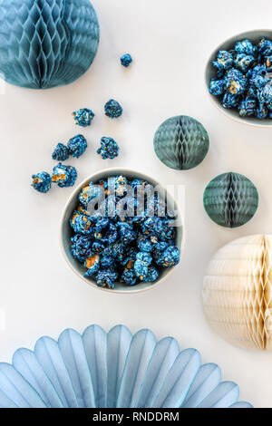 Blueberry Popcorn auf Schalen und blauem Papier Dekorationen - Stockfoto