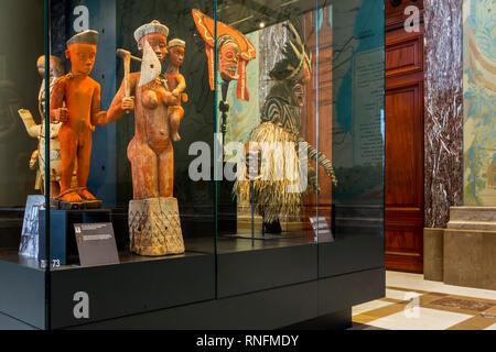 Afrikanische Statuen im AfricaMuseum/Königliches Museum für Zentralafrika, Ethnographie und Natural History Museum in Tervuren, Flämisch Brabant, Belgien - Stockfoto