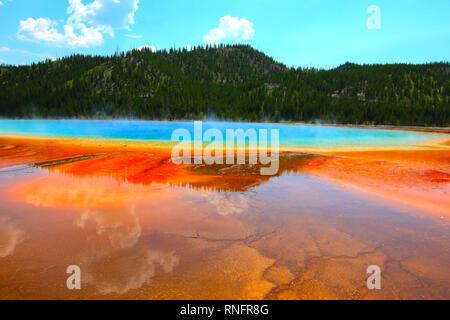 Grand Prismatic Spring ist einer der am meisten inspirierenden Sehenswürdigkeiten Yellowstone National Park. Thermophiles geben Sie ein erstaunliches Farbspektrum. - Stockfoto