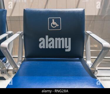Das internationale Symbol der Zugriff auf einen Stuhl am Internationalen Flughafen Pearson in Toronto, Ontario, Kanada. - Stockfoto