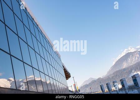 Reflexion von Bergen in einem Gebäude aus Glas - Skigebiet Hauser Kaibling in Österreich Top Skigebiete miteinander 4 Berge Ski Österreich - Stockfoto