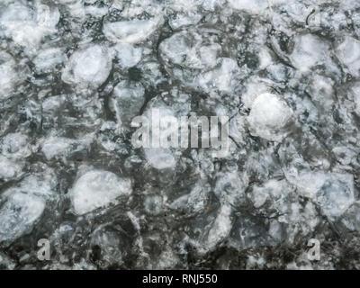 Die Beschaffenheit des Eises auf dem Fluss - Stockfoto