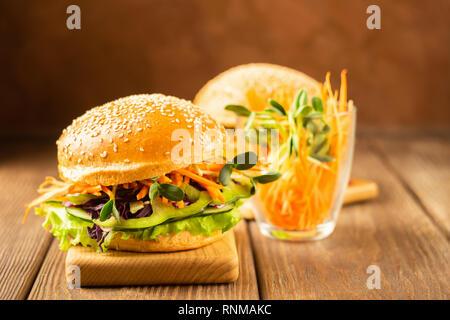 Appetitliche vegetarische Sandwich mit frischem Gemüse auf einem dunklen braunen Hintergrund. Das Konzept der richtige Ernährung. - Stockfoto