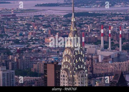 Beleuchtete Chrysler Building Art Deco top vom Empire State Building, Art-Deco-Wolkenkratzer in Midtown Manhattan, New York City, USA - Stockfoto