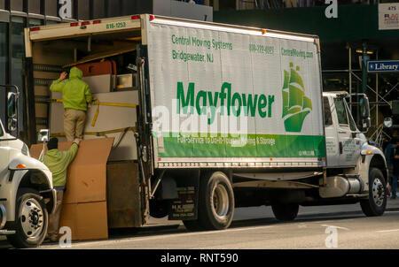 Die Arbeiter für die Mayflower Umzugsfirma laden Möbel in Ihr Fahrzeug in New York am Samstag, 9. Februar 2019. (© Richard B. Levine) - Stockfoto