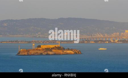 Die Aussicht von der Batterie Spencer von Alcatraz Island in San Francisco bei Sonnenuntergang - Stockfoto