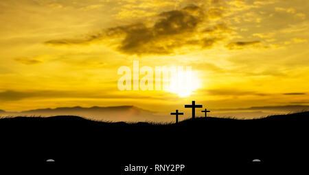 Sonne auf drei christliche Kreuze. - Stockfoto