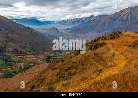 Landschaft Foto auf das Heilige Tal der Inkas nach Urubamba Fluss außerhalb von Cusco, Peru. - Stockfoto