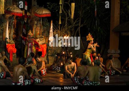 Kecak und Barong Fire Dance Show in der Nähe von Batubulan, Sukawati, Gianyar, Bali, Indonesien - Stockfoto
