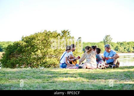 Familie Picknick in der Nähe des Sees - Stockfoto