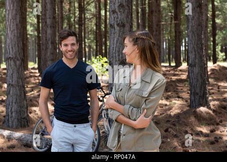 Junges Paar im Wald stehen - Stockfoto
