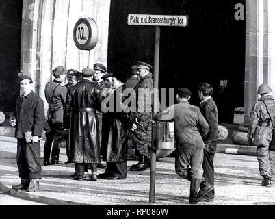 11/20/1961 - Auch eine Allgemeine beobachtet die Fortschritte an der Wand am Brandenburger Tor - Stockfoto