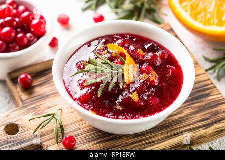 Cranberry Sauce in eine Schüssel Ansicht von oben. - Stockfoto