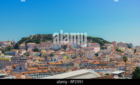 Panoramablick auf das Zentrum von Lissabon aus der Sicht genannt: Miradouro de Sao Pedro de Alcantara mit der Baixa und Castelo - Stockfoto