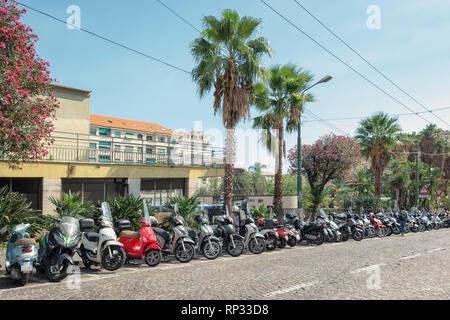 San Remo, Italien, 18. September 2018: Motorräder, Motorroller und Mopeds auf der Via Bartolomeo Asquasciati in der Mitte der italienischen Stadt San geparkt - Stockfoto