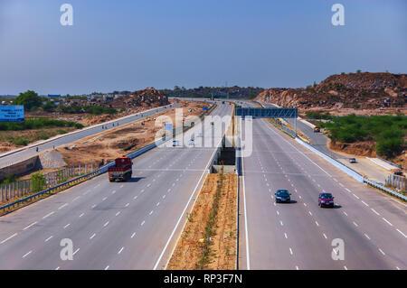 Datenverkehr in beide Richtungen auf der 8-spurigen, 158 Kilometer Nehru Outer Ring Road, der Hauptstadt Hyderabad, Indien in Telangana umkreist. - Stockfoto