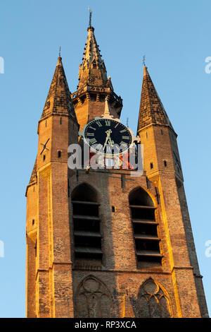 Den schiefen Turm der Oude Kerk in Delft, Niederlande. Der Turm ist als Oude Jan oder Scheve Jan. bekannt - Stockfoto
