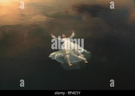 Dead maiden Floating in Wasser - Stockfoto