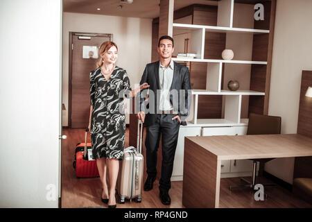 Frau und Mann Gefühl aufgeregt ihre Hotelzimmer eingeben - Stockfoto
