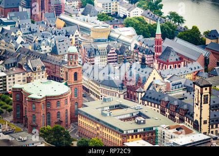Über anzeigen in der Frankfurter Altstadt Stadtzentrum - Römerberg Square, St. Nikolaus Kirche und St. Pauls Kirche. - Stockfoto