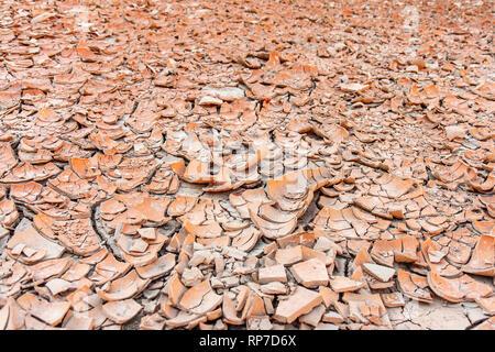 Große Platten von Sun-dried ton Wurf den Boden der Ubehebe Crater im Death Valley National Park