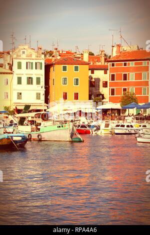 Kroatien - Rovinj auf der Halbinsel Istrien. Typisch kroatische Stadt am Meer. Querbearbeitung vintage farbe Stil. - Stockfoto
