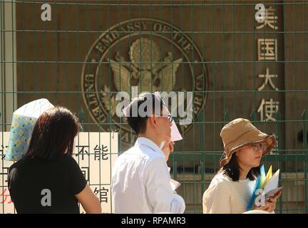 """Juli 26, 2018 - Peking, China - Warten in der Schlange für ein Visum außerhalb der US-Botschaft nach eine kleine """"Bombe"""" gesetzt wurde - weg in die Kreuzung in der Nähe der Botschaft in Peking am 26. Juli 2018. Ein 26 Jahre alter Mann aus der Inneren Mongolei eine kleine explosive auf der Straße zur Detonation gebracht, teilte die Polizei mit, sich vor in Gewahrsam genommen werden verletzt. Nachrichten der Vorfall war schnell auf Chinesischen soziale Medien zensiert. . (Bild: © Todd Lee/ZUMAprilESS.com/ZUMA Draht) - Stockfoto"""