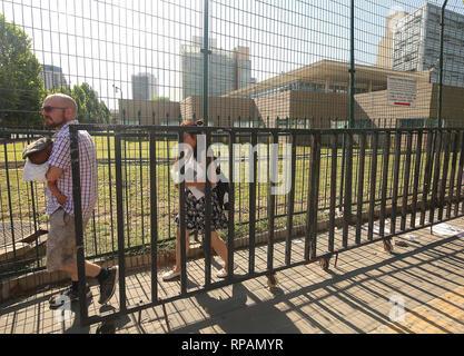 Peking, China. 26. Juli, 2018. Eine amerikanische Familie verlässt der US-Botschaft nach einer kleinen 'Bombe' - weg in die Kreuzung in der Nähe der Botschaft in Peking am 26. Juli 2018 eingestellt wurde. Ein 26 Jahre alter Mann aus der Inneren Mongolei eine kleine explosive auf der Straße zur Detonation gebracht, teilte die Polizei mit, sich vor in Gewahrsam genommen werden verletzt. Nachrichten der Vorfall war schnell auf Chinesischen soziale Medien zensiert. Quelle: Todd Lee/ZUMAprilESS.com/ZUMA Draht/Alamy leben Nachrichten - Stockfoto