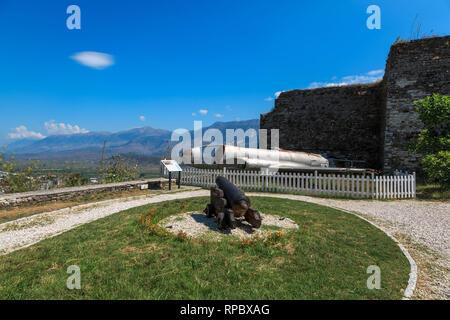 Amerikanische militärische Ebene auf der Burg von Gjirokastra - Stockfoto