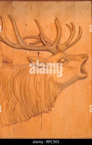 San Cassiano in Badia. Italien. Hirsch geschnitzten hölzernen Tür der Michelin Star Restaurant St. Hubertus. - Stockfoto