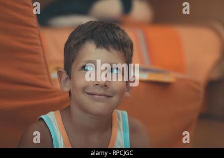 Porträt eines Jungen mit blauen Augen überrascht auf der Suche - Stockfoto