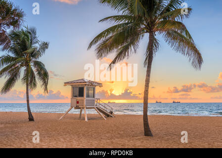 Fort Lauderdale, Florida, USA Strand und Life guard Tower bei Sonnenaufgang. - Stockfoto