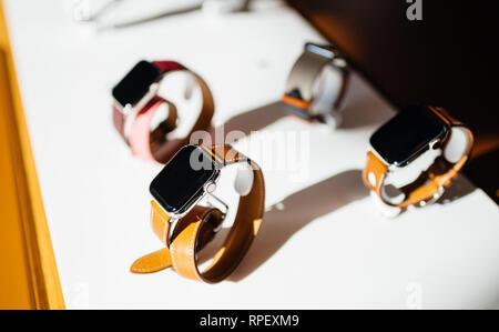 PARIS, Frankreich, 26.Oktober 2018: Held Objekt der neuesten Apple Watch Serie 4 im Apple Store Computer - Fokus auf Hermes Luxus ansehen - Stockfoto