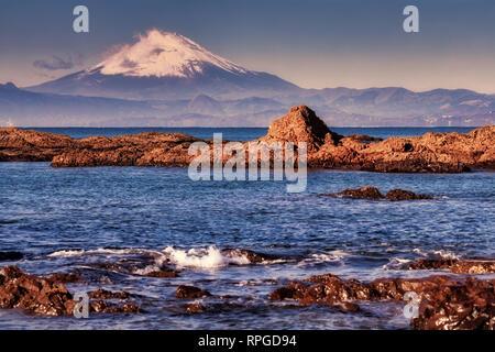 Mount Fuji als Über von Sagami Bay in der Nähe von Hayama, Japan gesehen. - Stockfoto