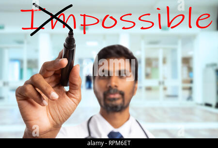 Indische Sanitäter oder Arzt Mann drehen unmöglich Wort in möglich, durch die Kreuzung von präposition mit schwarzem Marker auf transparentem Glas Bildschirm - Stockfoto