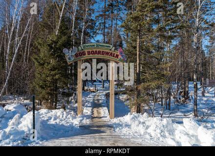 Eingang zum Warren Woessner boardwalk am Sax-Zim Moor, eine natürliche Moor und Wald im nördlichen Minnesota. Duluth, Minnesota, USA. - Stockfoto