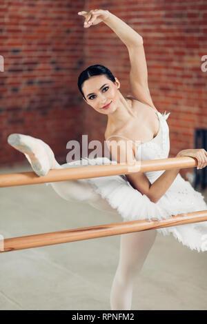 Gut aussehende Mädchen ist am Tanzen Gute, talentierte Tänzerin in die Kamera schaut. Bis schließen Foto - Stockfoto