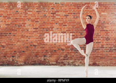 Bezaubernde Ballerina ihr Tanz durchführen, volle Länge Foto. Kopieren Sie Platz - Stockfoto