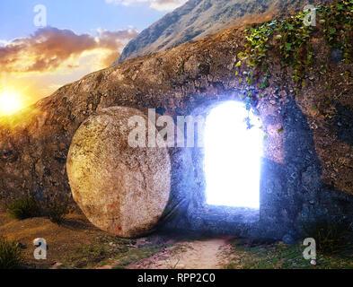 Er ist auferstanden. Kreuzigung bei Sonnenaufgang. Licht aus dem Grab Jesu. Außenansicht am Grab. - Stockfoto