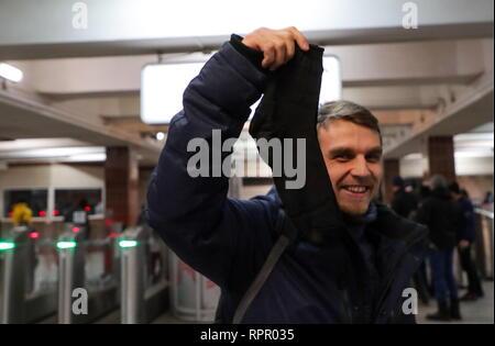 Moskau, Russland. 23 Feb, 2019. Ein Mann zeigt ein Paar Socken zu ihm am Komsomolskaja Station der Moskauer Metro auf Verteidiger des Vaterlandes Tag gegeben. Vyacheslav Prokofyev/TASS Credit: ITAR-TASS News Agentur/Alamy leben Nachrichten