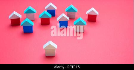 Immobilien und Konzept, ein Haus Modell vor den Anderen, rote Farbe Hintergrund Stockfoto