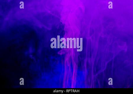 Rauch bunten Hintergrund. Neon Farben Explosion. Blau Rosa Rauch fliesst. - Stockfoto