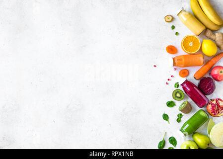 Buntes Obst und Gemüse und Flaschen von smoothies oder Säfte auf weissem, kopieren. Saft und Smoothie Zutaten. Gesunde, saubere Essen, Detox, d - Stockfoto