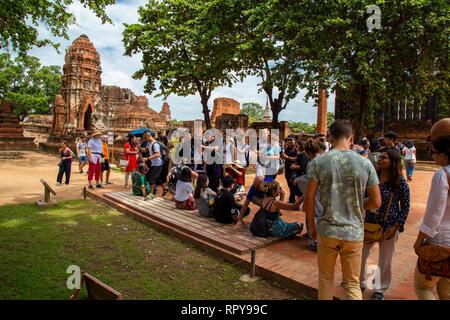 Touristen stehen in der Linie in der Lage sein, ein Bild vor dem Kopf des Buddha, zweifellos eine der Sachen, die Touristen die Mos anziehen - Stockfoto