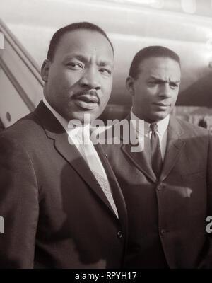 Martin Luther King, Jr. und Andrew Young am Flughafen Schiphol in Amsterdam angekommen, Nord Holland am 15. August 1964. König hatte in die Niederlande gereist, an der Europäischen Baptistischen Föderation Kongress im Kongresszentrum RAI am Sonntag, 16. August in Amsterdam. - Stockfoto